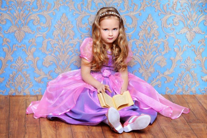 Princess z małą książką obraz royalty free
