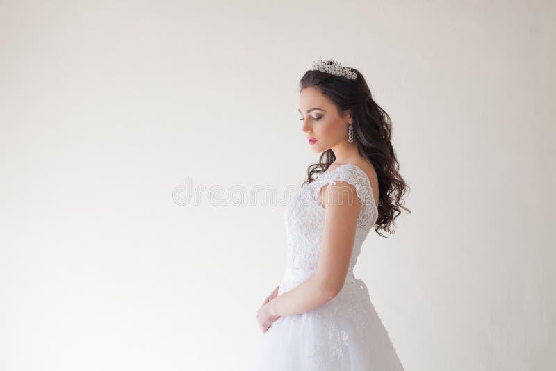 Princesse avec une couronne dans la robe blanche la jeune mariée photos stock