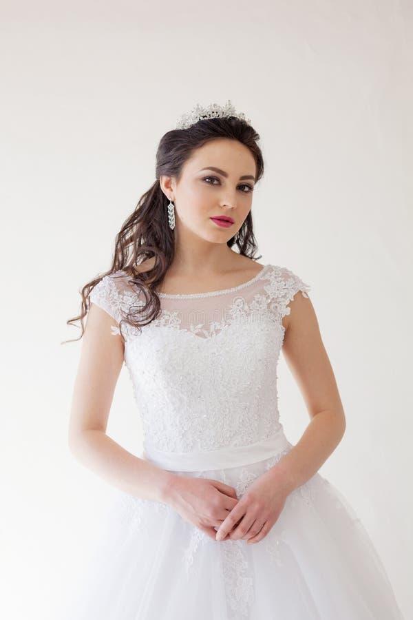 Princesse avec une couronne dans la robe blanche la jeune mariée photos libres de droits