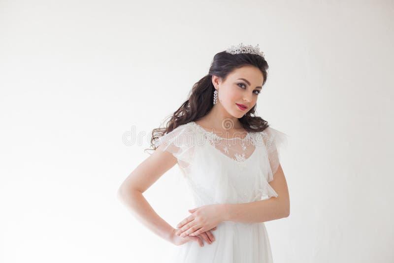Princesse avec une couronne dans la robe blanche la jeune mariée photographie stock
