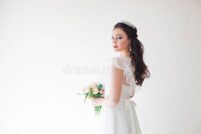 Princesse avec une couronne dans la robe blanche la jeune mariée image stock