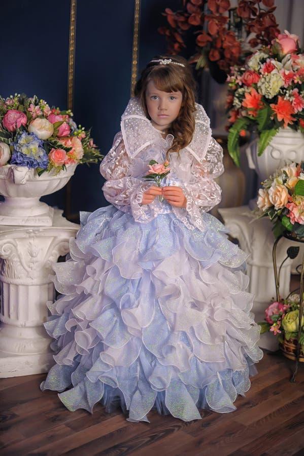Princesse dans une robe blanche avec le bleu image stock