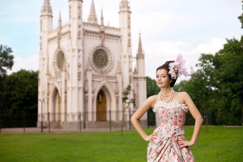 Princesse dans une robe de cru avant château images libres de droits