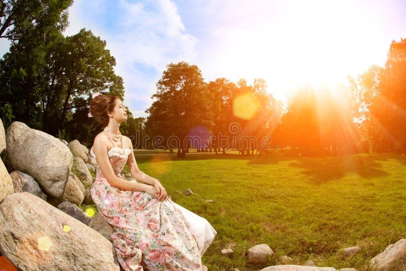 Princesse dans une robe de cru en nature photographie stock