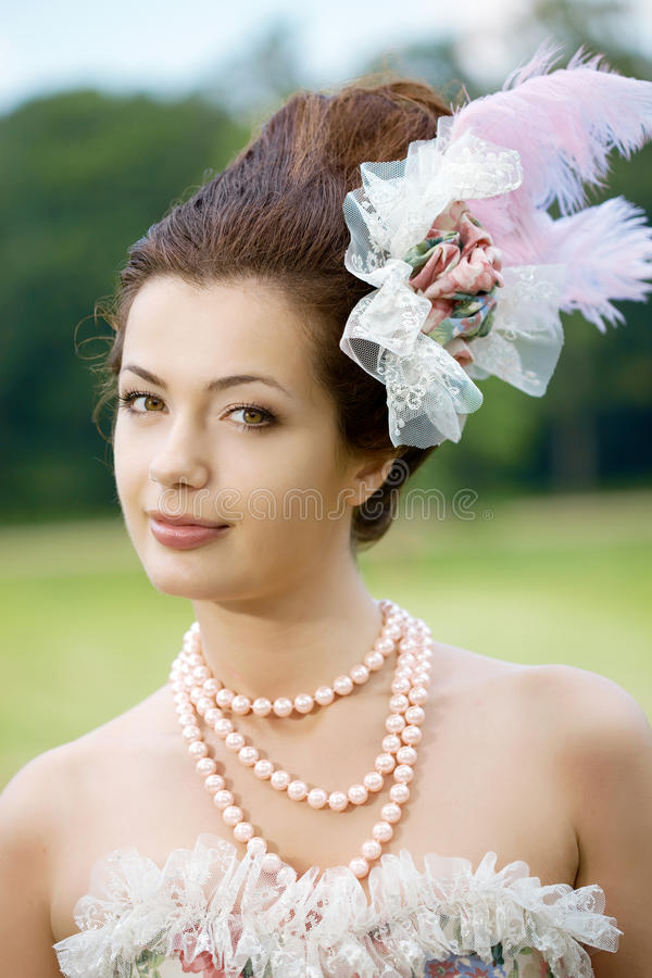 Princesse dans une robe de cru en nature image stock