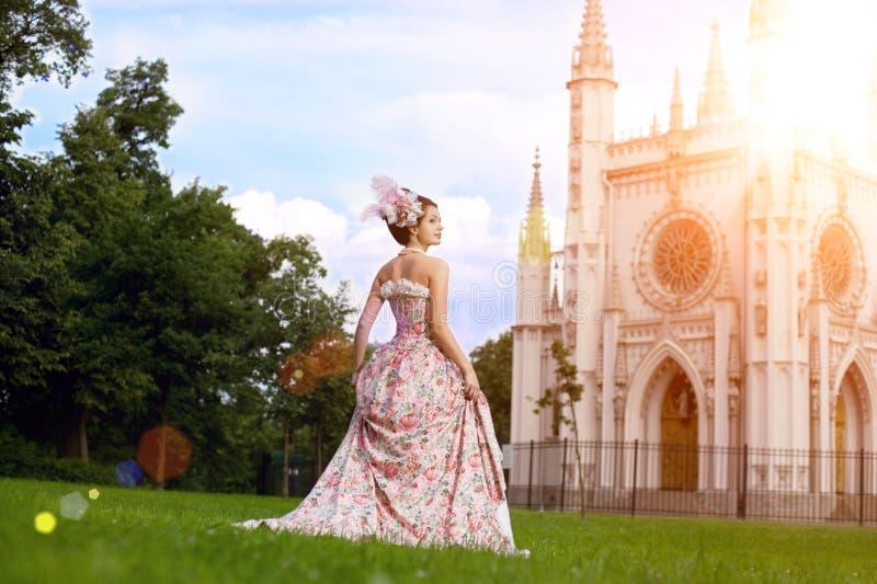 Princesse dans une robe de vintage avant le château magique photos libres de droits