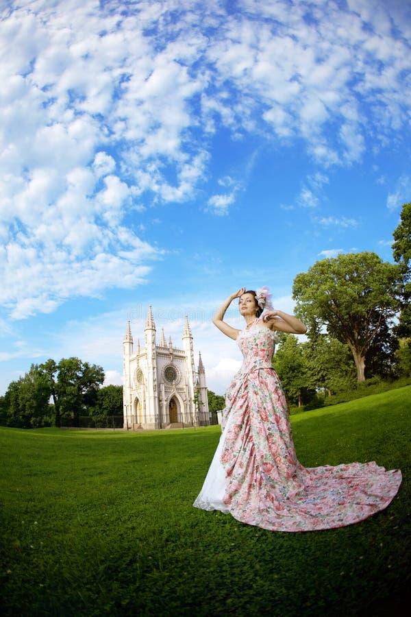 Princesse dans une robe de vintage avant le château magique photographie stock libre de droits