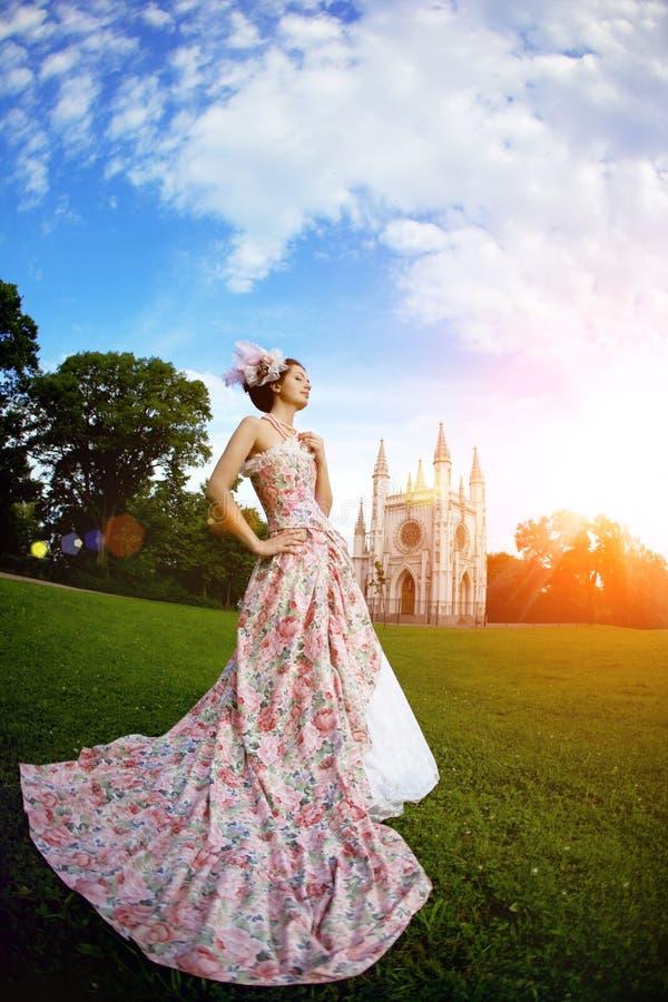 Princesse dans une robe de vintage avant le château magique images libres de droits