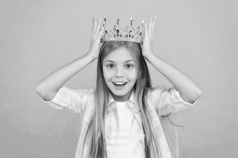 Princesse de coup manqué de titre petite Fond bleu de couronne d'usage de fille Princesse sincère émotive mignonne Couronne d'or  images stock