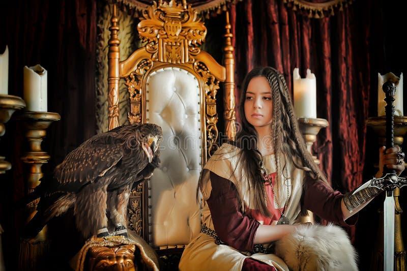 Princesse de guerrier sur le trône photo stock