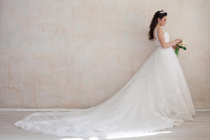 Princesse de jeune mariée dans la robe de mariage royale photographie stock libre de droits