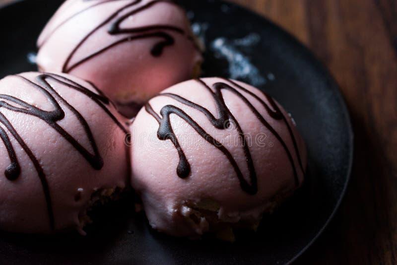 Princesse rose Cream Cake avec la pâte/massepain et la crème au chocolat d'amande photographie stock libre de droits