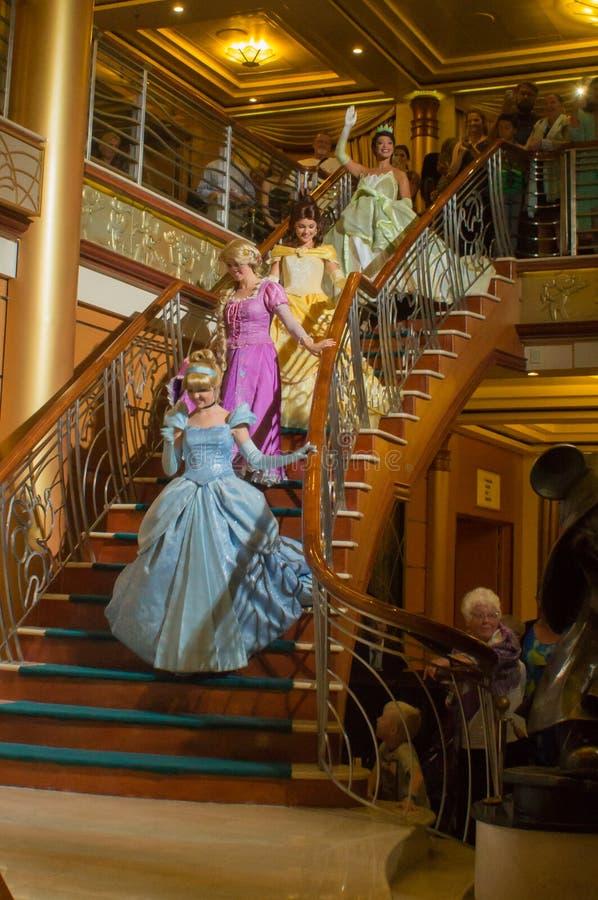 Princesses descendant l'escalier image libre de droits