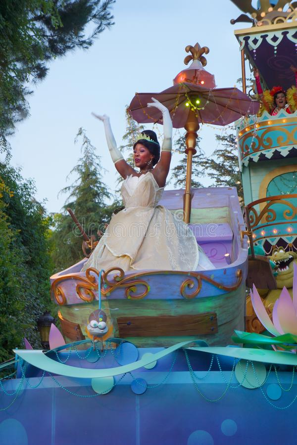 Princesses Tiana dans la verticale de défilé de Disney photographie stock