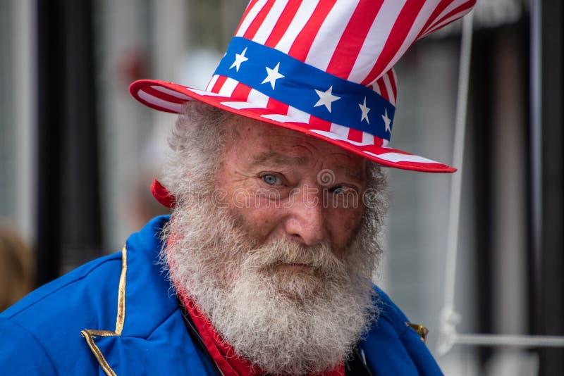 Princeton, New Jersey - April 28, 2019: Deze oude bejaardemens met witte haar, baard en snor werd gekleed omhoog in Amerikaan stock foto's