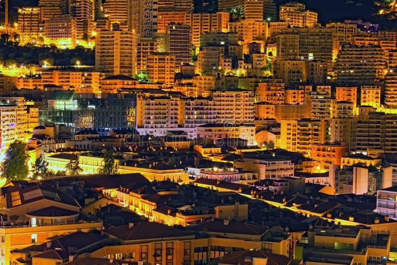 Principado Mônaco na noite Opinião cênico da paisagem de construções residenciais da multi-história luxuosa perto do porto foto de stock
