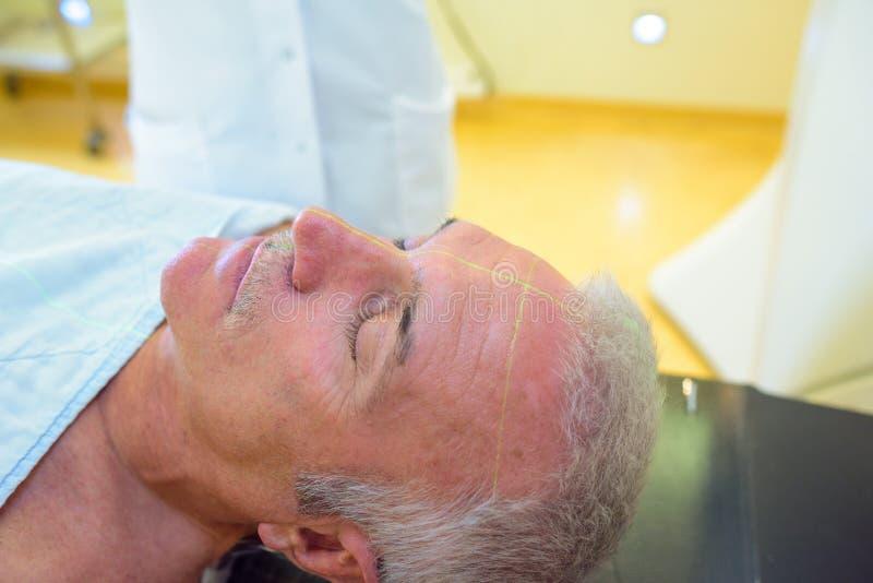 Principais e os ombros veem o homem na cama de hospital imagens de stock royalty free