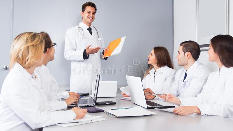 Principal discurso del doctor en la reunión imagen de archivo libre de regalías