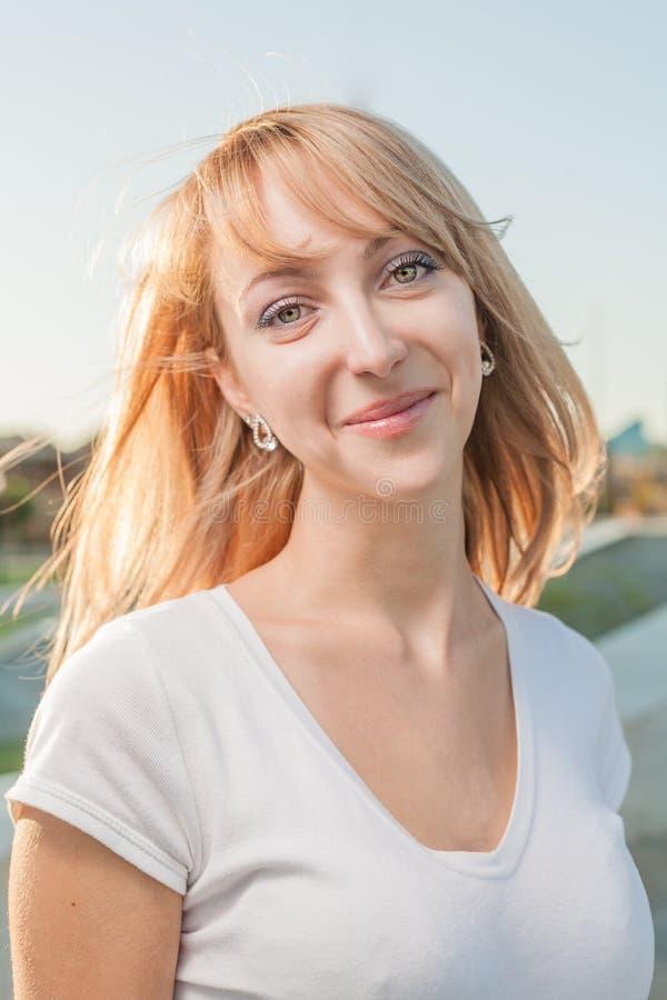 Principal louro e ombros das mulheres 20s exteriores fotografia de stock royalty free