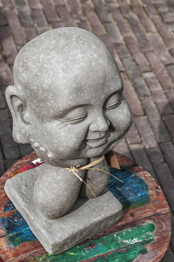 Principal riant de Bouddha placé sur une table en bois photos stock