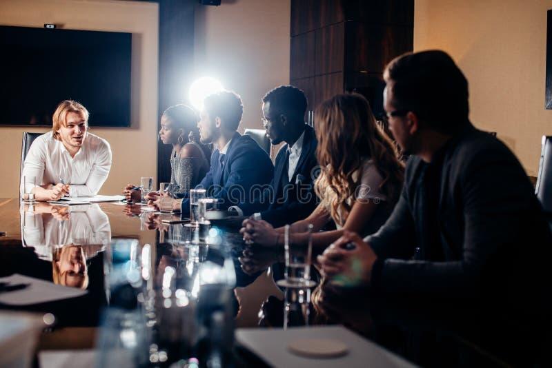 Principale réunion d'affaires interne informelle de chef et d'entrepreneur photo stock