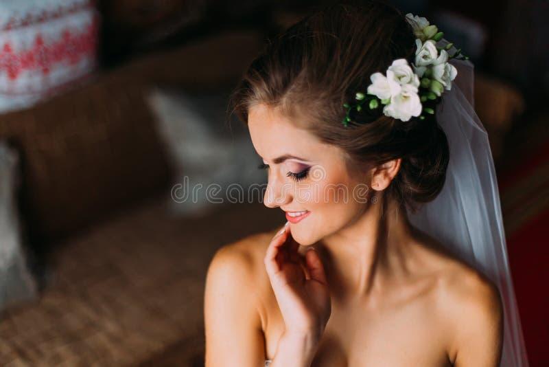 Principales y los hombros se cierran para arriba de mujer rubia joven en cara conmovedora del velo imagenes de archivo