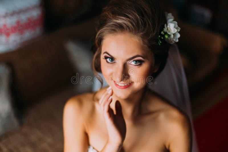 Principales y los hombros se cierran para arriba de mujer rubia joven en cara conmovedora del velo fotografía de archivo libre de regalías