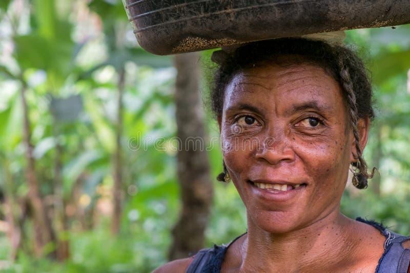 PRINCIPE SAO TOMÉ - 4 janvier 2016 - portrait de femme rurale africaine photographie stock
