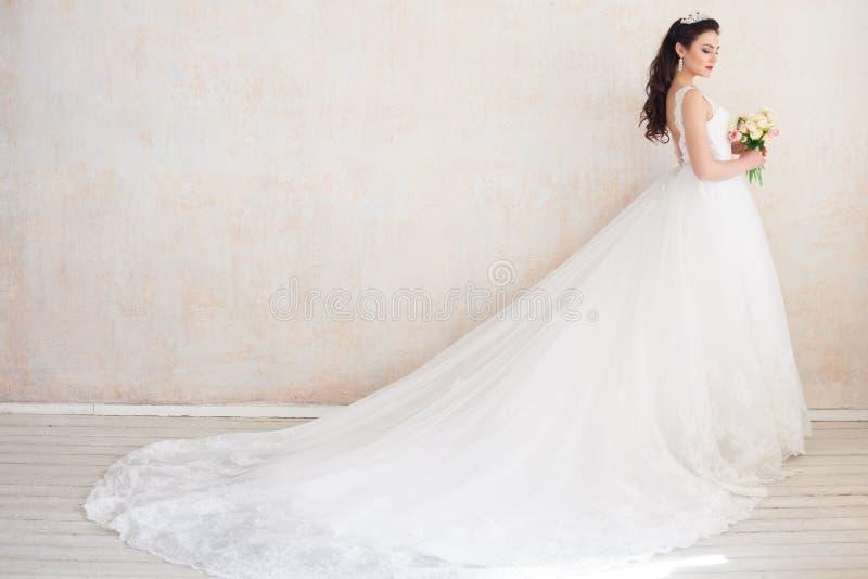 Principessa Bride in un vestito da sposa che sta in una stanza dell'annata fotografie stock libere da diritti