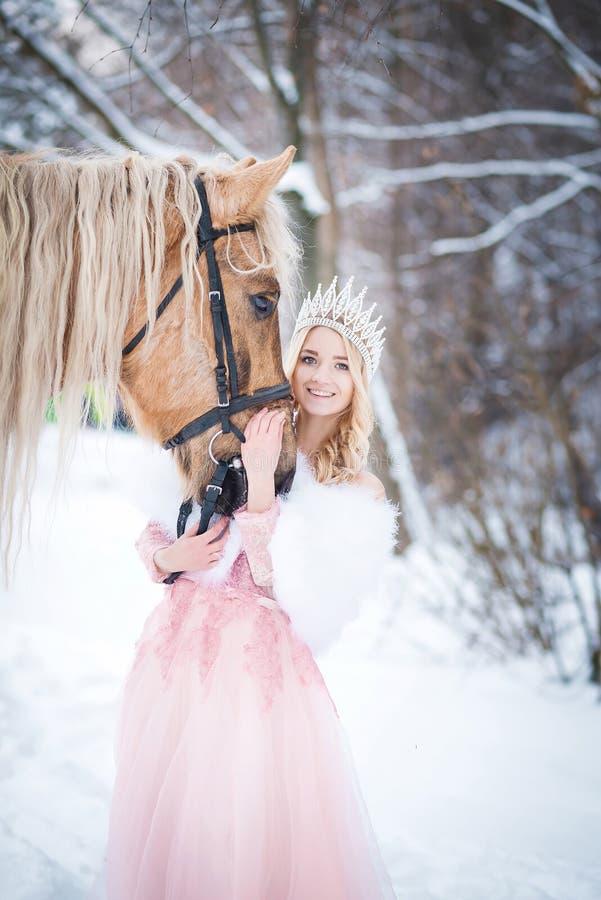 Principessa in corona con il cavallo nell'inverno Ambiti di provenienza astratti di fantasia con il libro magico Fanatsy romantic immagine stock libera da diritti