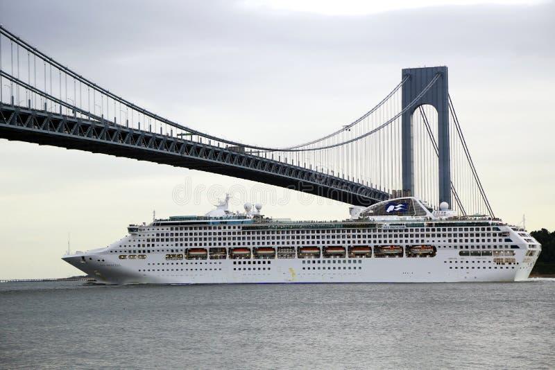 Principessa Cruise Ship del mare sotto il ponte di Verrazano durante la principessa World Cruise 2013 immagine stock libera da diritti
