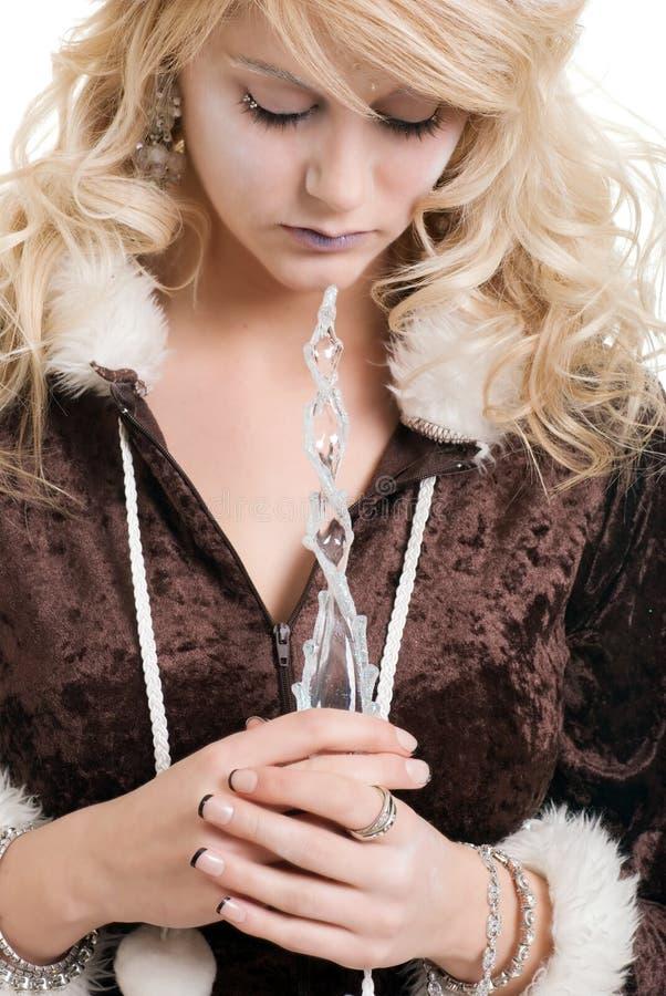 Principessa del ghiaccio che sogna tenendo una bacchetta del ghiacciolo fotografia stock libera da diritti