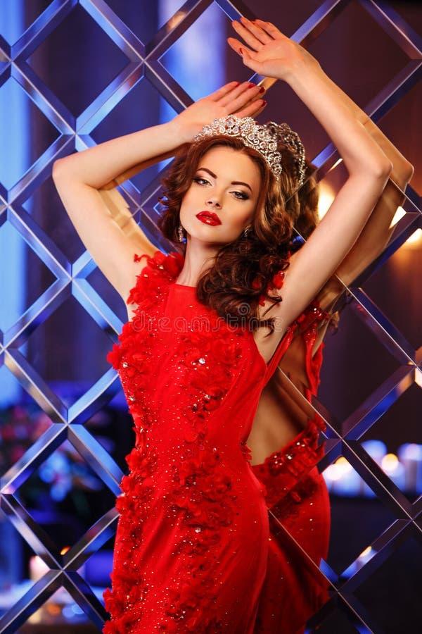 Principessa della regina della donna in corona e vestito da lux, luci fa festa il backgr immagini stock