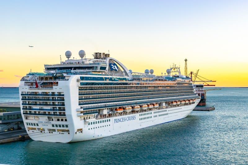Principessa di corona Cruise Ship messa in bacino al terminale del porto di crociera di Barcellona al tramonto immagine stock