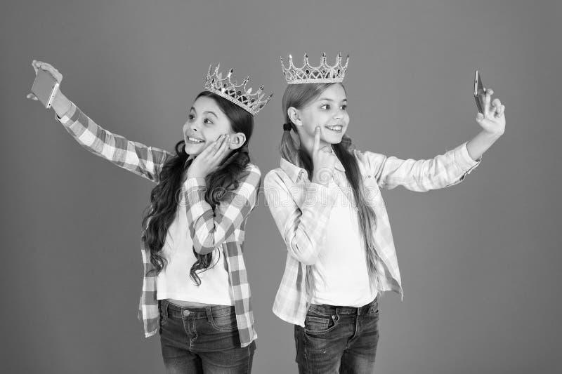 Principessa egocentrica I bambini indossano principessa dorata di simbolo delle corone Segnali di pericolo del bambino guastato A immagine stock