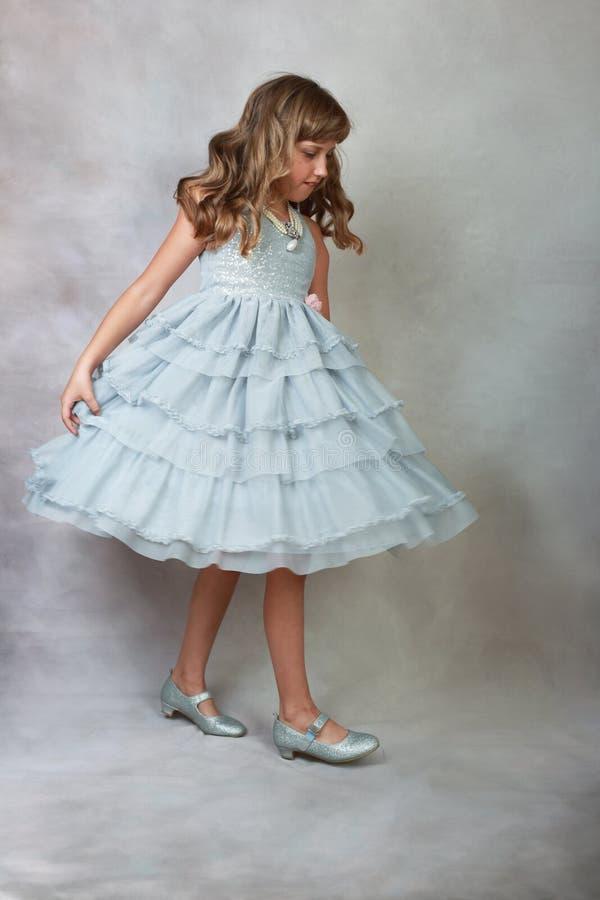Principessa nella camminata grigia del vestito immagine stock