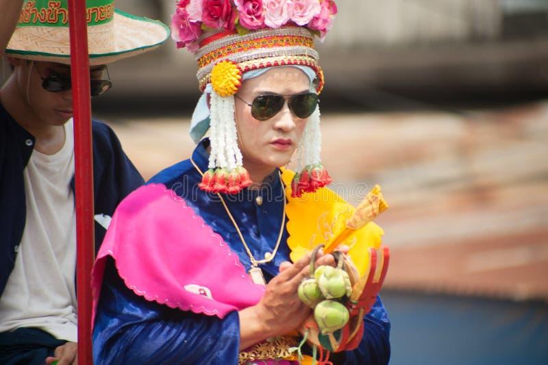 Principiante budista no vestido tradicional no elefante de Satchanalai do si foto de stock