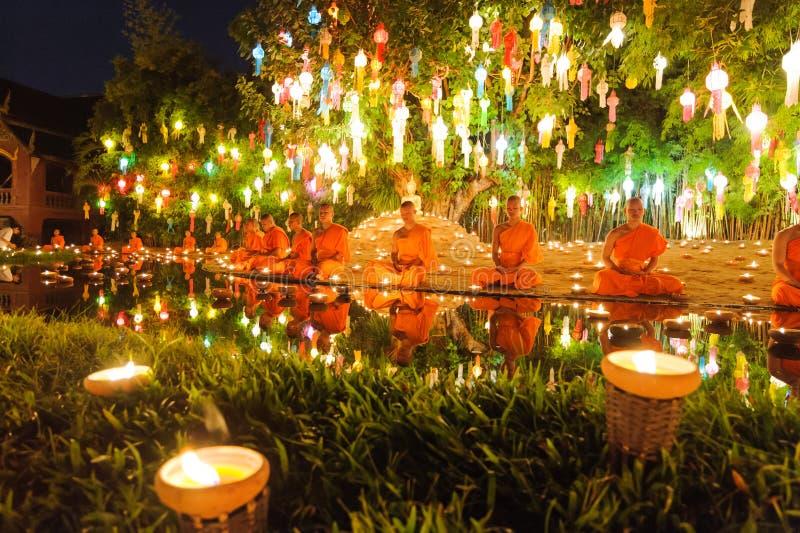 Principiantes que sentam uma meditação no festival do kratong de Loy foto de stock