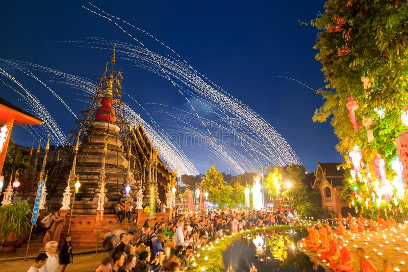 Principiantes que sentam uma meditação no festival do kratong de Loy em Wat Pan imagens de stock royalty free