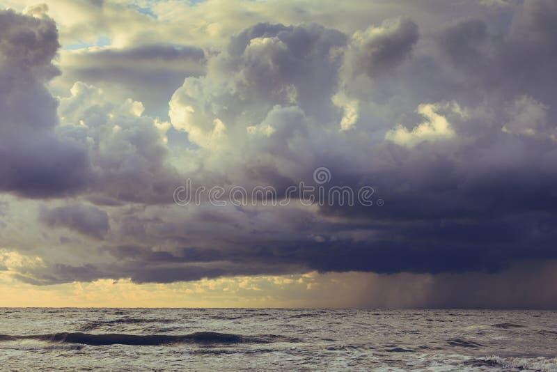 Principio de la lluvia de la tormenta en el océano, cielo nublado oscuro fotografía de archivo