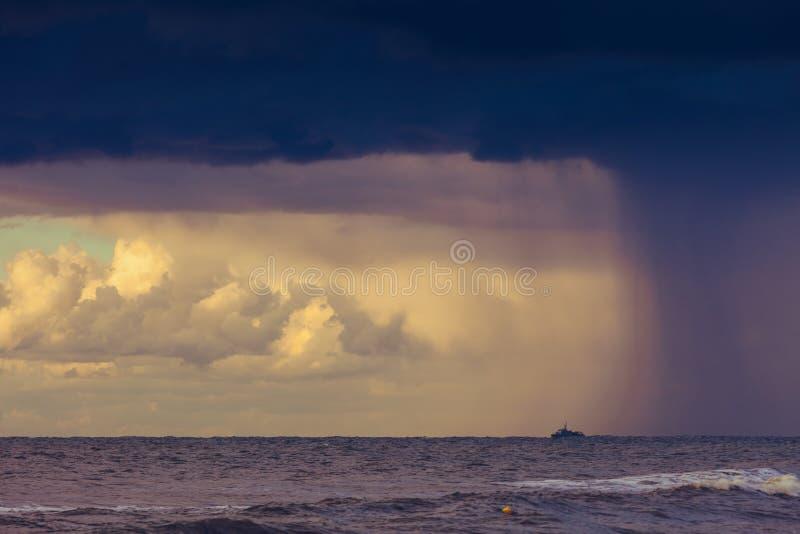 Principio de la lluvia de la tormenta en el océano, cielo nublado oscuro foto de archivo libre de regalías