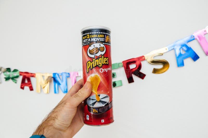 Pringles pode na mão masculina imagens de stock