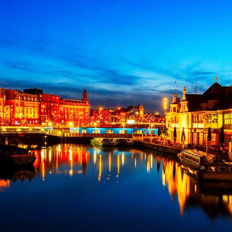 Prins Hendrikkade en la noche, Amsterdam fotografía de archivo libre de regalías