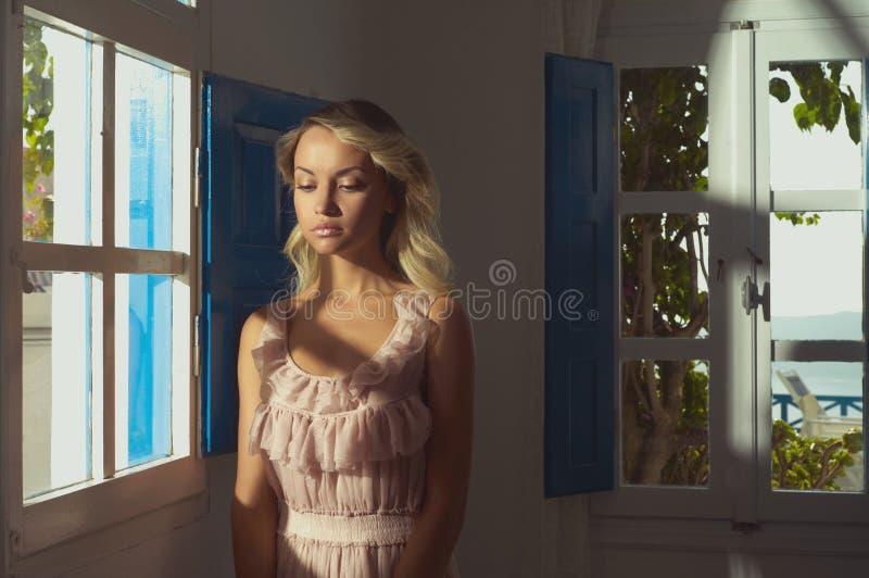 Prinses bij venster stock foto's