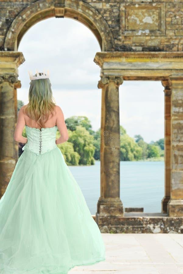 Prinses die door kasteelmeer wachten stock afbeelding