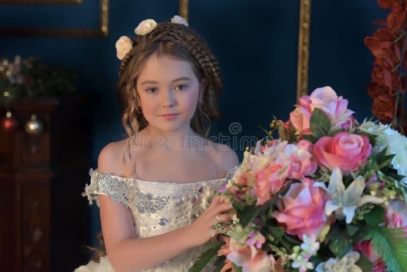 Prinses in een witte retro kleding royalty-vrije stock foto's