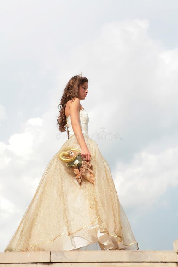 Prinses in gouden toga stock foto