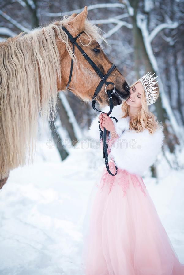 Prinses in kroon met paard in de winter Abstracte fantasieachtergronden met magisch boek Romantische fanatsy royalty-vrije stock foto's
