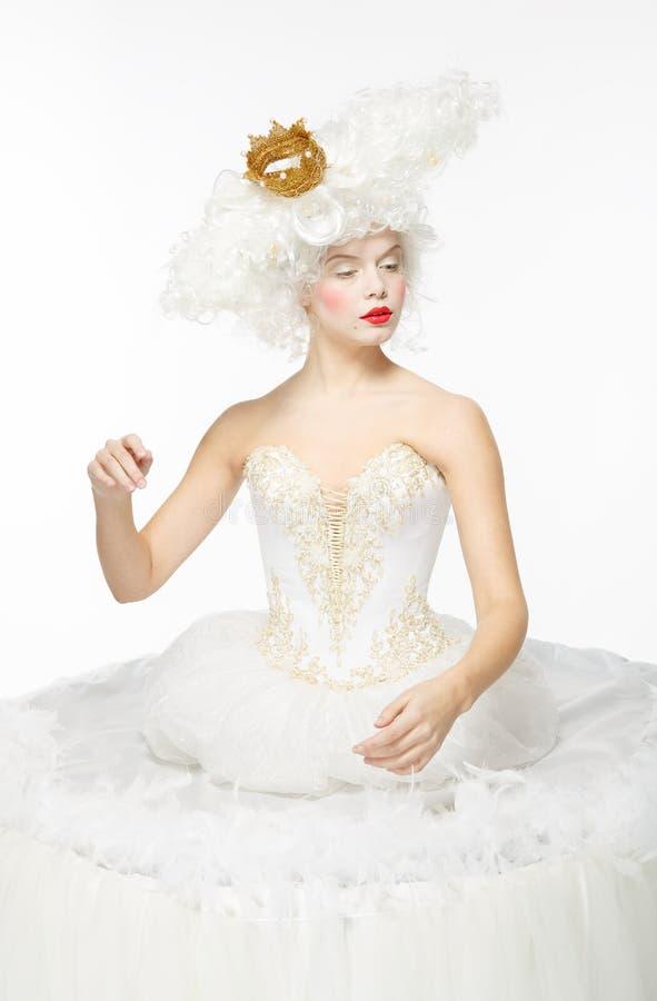 Prinses met een gouden kroon in een witte kleding royalty-vrije stock fotografie
