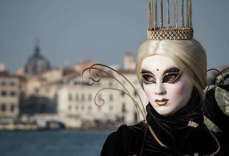 Prinses met kroon, blondy haar en Venetiaans masker tijdens Venetië Carnaval stock afbeelding